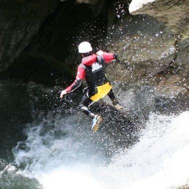 canyoning outdoor oetztal alpen springen water klimmen glijden