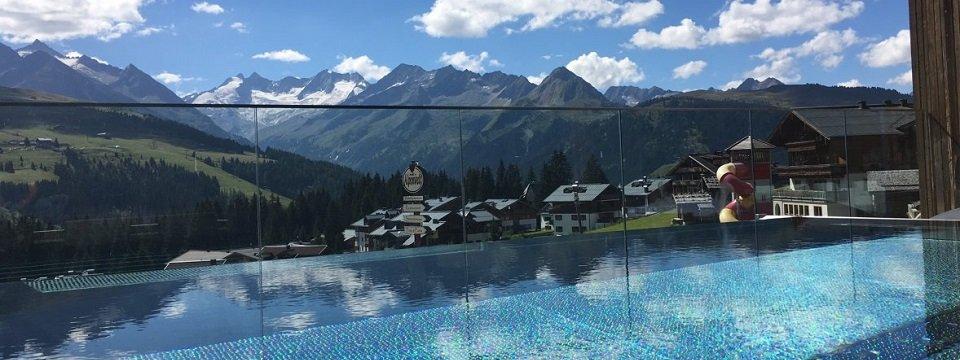 hotel alpenwelt resort konigsleiten infinity pool uitzicht bergen (2)