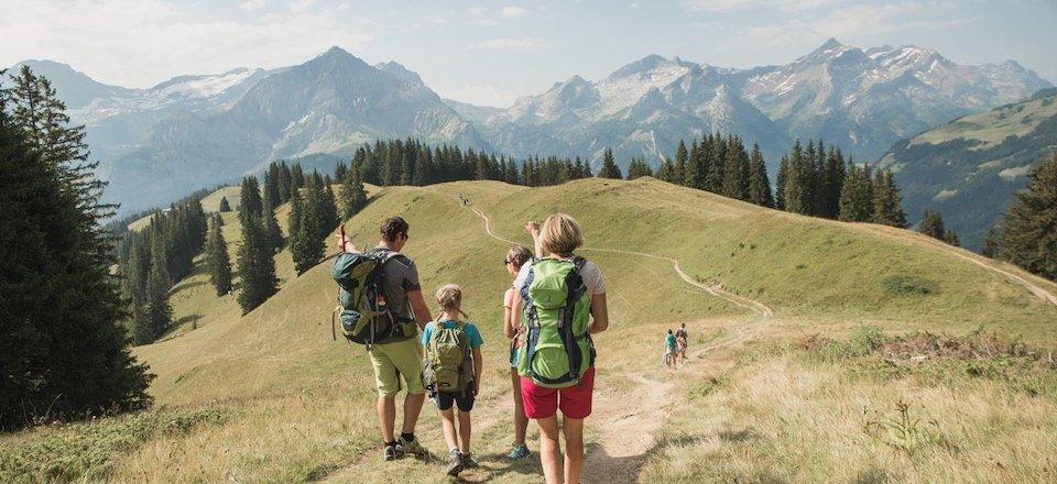 wandelen bergdorp gstaad kanton bern berner oberland zwitserland tourismus gstaad