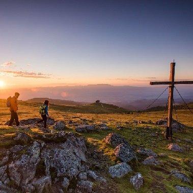 sonnenaufgang beim zingerkle kreuz tourismus lavanttal franz gerdl huttentocht alpe adria trail oostenrijkse alpen (2)