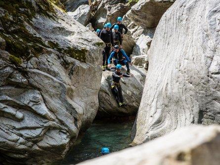 family active zillertal actieve gezinsvakantie mayrhofen alpenreizen canyoning jump and run (1)