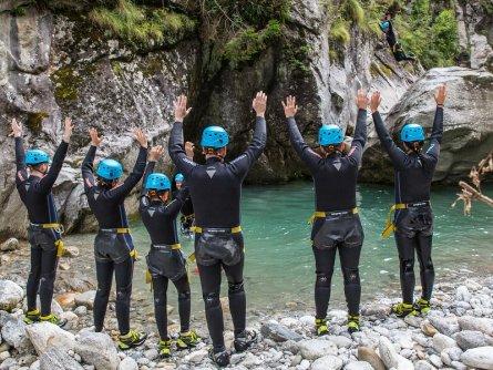 family active zillertal actieve gezinsvakantie mayrhofen alpenreizen canyoning jump and run