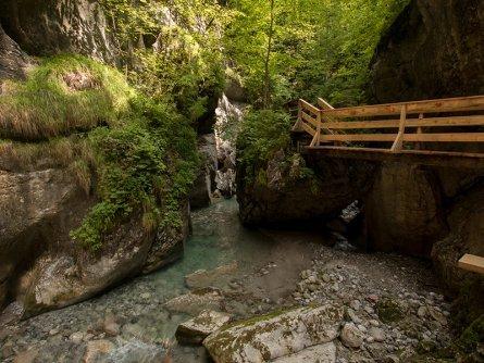 family active lofer avontuurlijke gezinsvakantie oostenrijk hike door een kloof  seisenbergklamm naturgewalten saalachtal