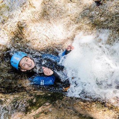 family active lofer avontuurlijke gezinsvakantie oostenrijk canyoning kids rock 5