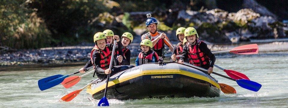 family active lofer avontuurlijke gezinsvakantie oostenrijk family rafting panorama kids