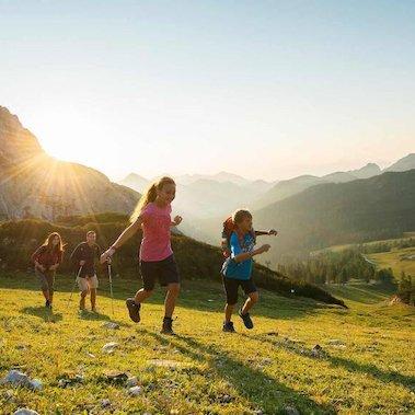 family active nassfeld karinthie avontuurlijke gezinsvakantie oostenrijk familie nassfeld wandelen