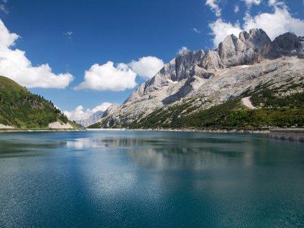 etappe 2 val di fassa lago di fedaia sfondo della marmolada_trentino marketing huttentocht dolomieten panorama val di fassa zuid tirol italie italiaanse alpen wandelvakantie