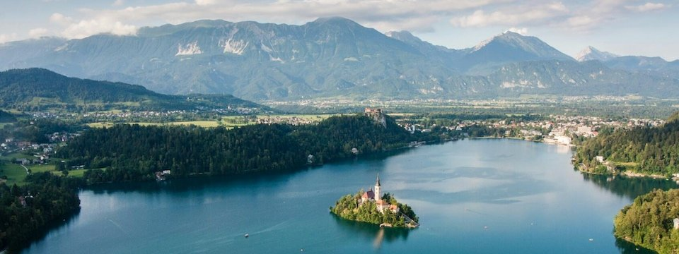 family active wandelvakantie julische alpen view of lake bled from mala osojnica tourismus bled